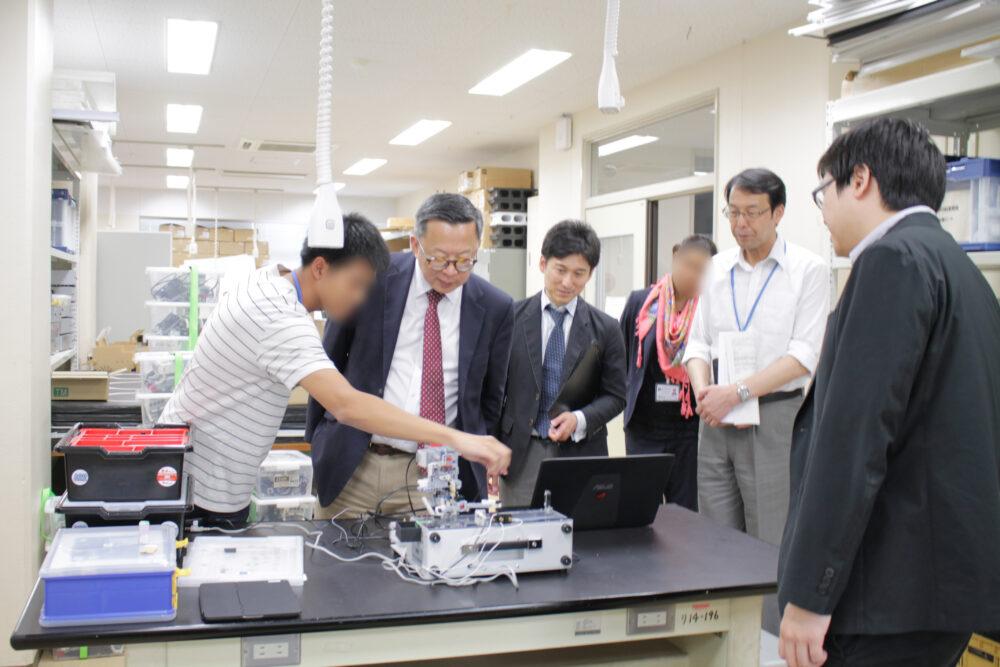 外国の学生、先生と、校長など、交流している様子