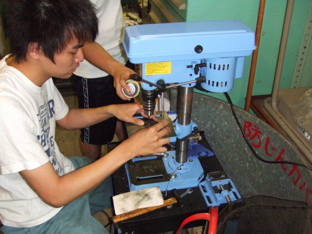 金属加工機を操作する黒川さん