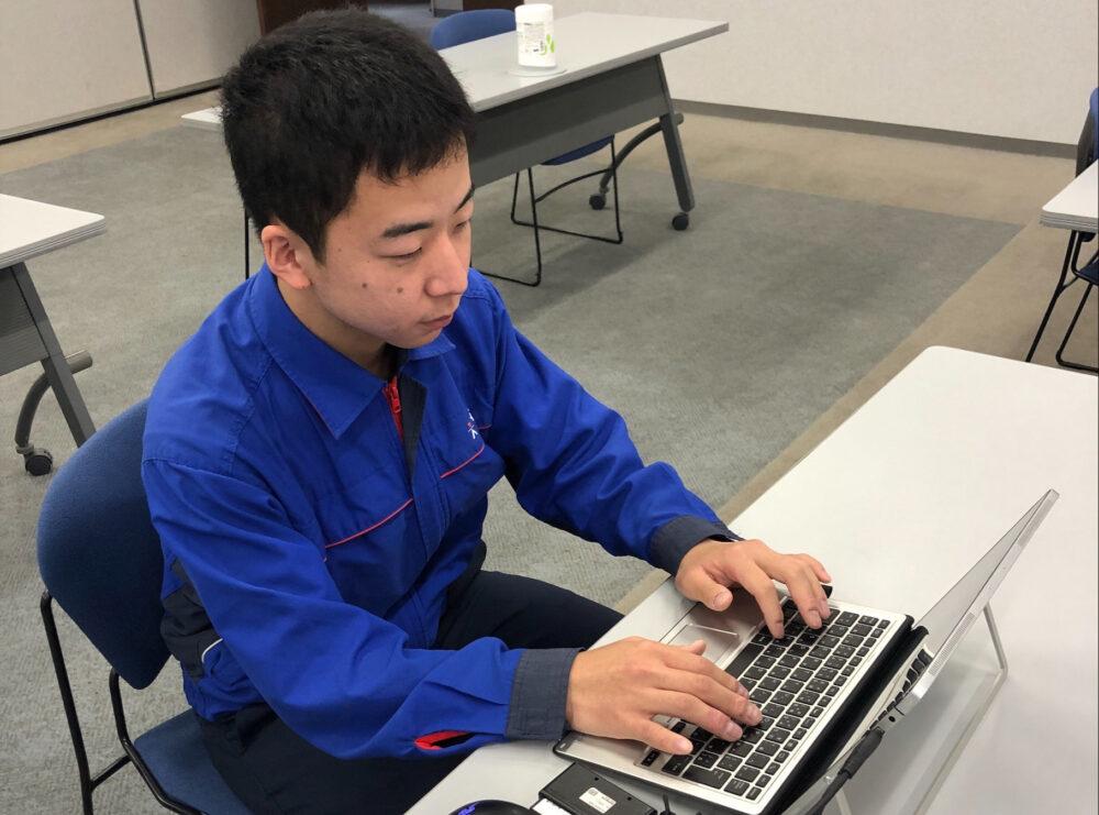 ノートPCを操作する木村さん